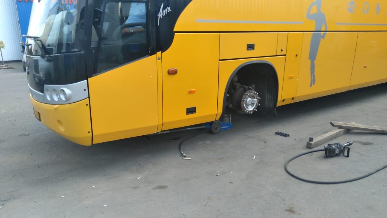 Грузовой шиномонтаж автобуса в ШинДоктор